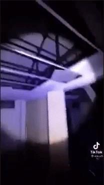 Vào tòa nhà bỏ hoang thách ma xuất hiện, chuyện xảy ra sau đó khiến người đàn ông bủn rủn chân tay - Ảnh 3.