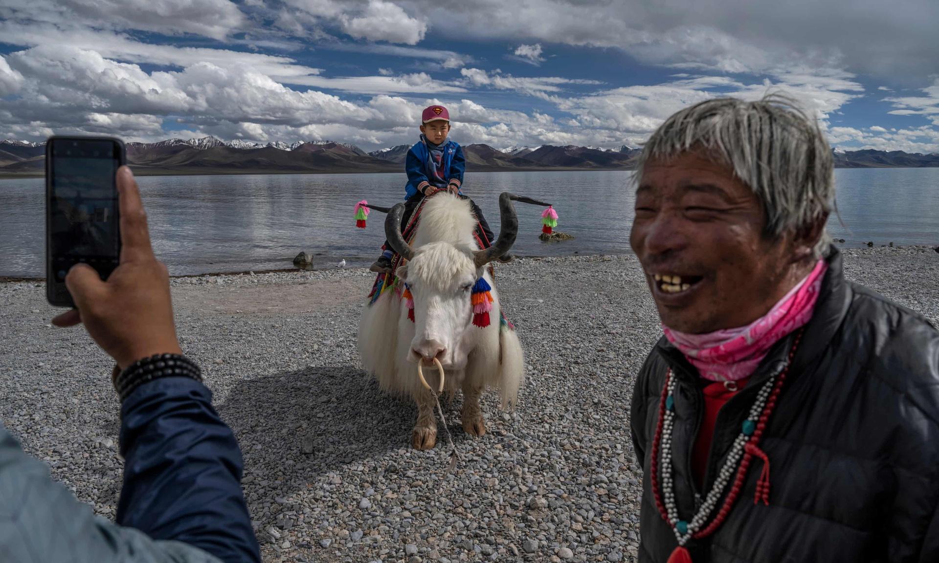 Một cậu bé được chụp ảnh khi đang cưỡi trên con yak bên bờ hồ Namtso. Cả bò yak lẫn hồ Namtso đều là biểu tượng của Tây Tạng. Con vật kia có vai trò lớn với đời sống người dân. Nó cung cấp lông, sữa, phục vụ cuộc sống của người Tây Tạng. Còn Namtso được xem là hồ nước thiêng của vùng đất này.