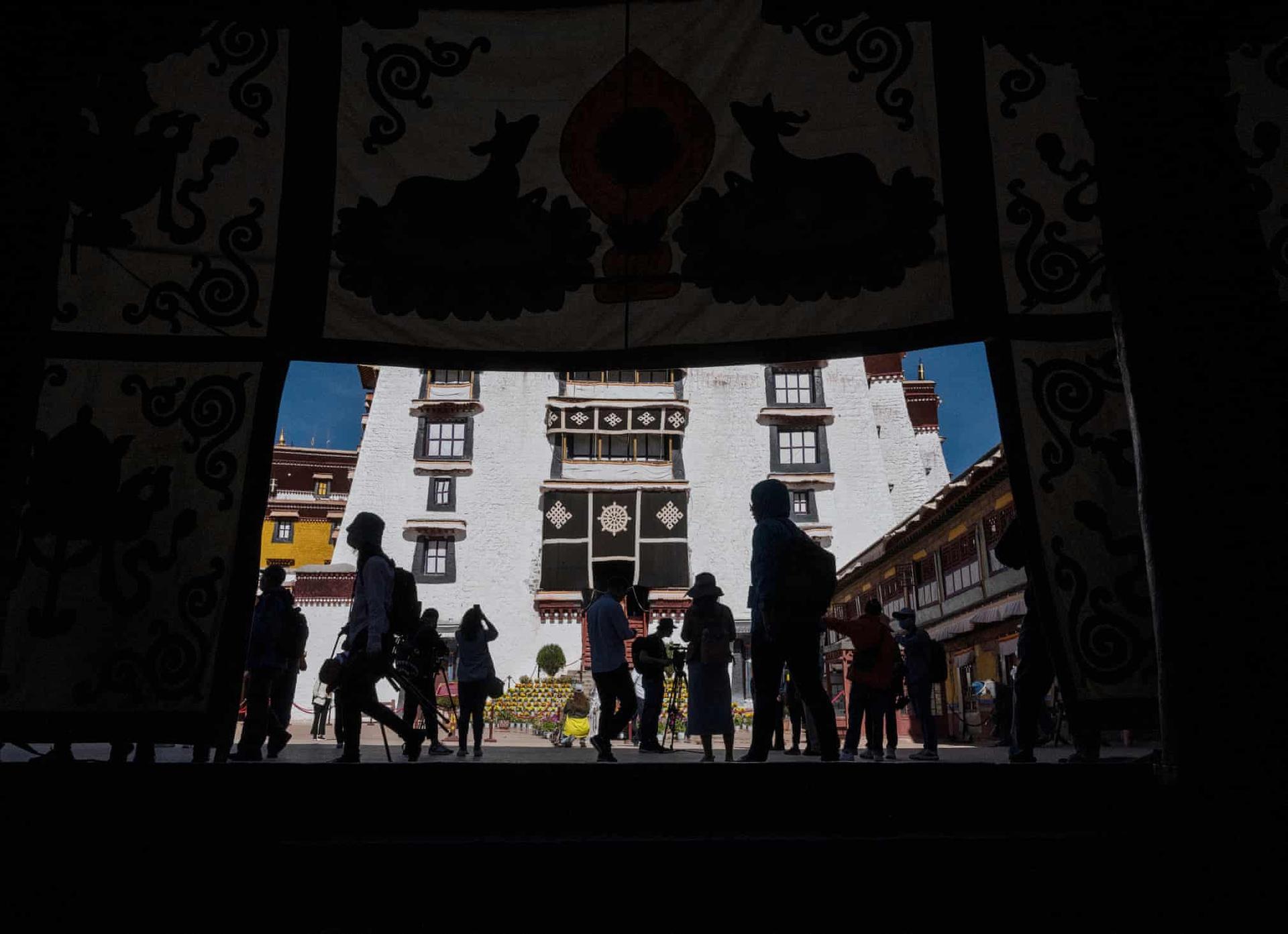 Du khách viếng thăm điện Potala - Di sản Thế giới được UNESCO công nhận. Gần đây, Trung Quốc đã nới lỏng lệnh cấm du khách nước ngoài tới Tây Tạng vì dịch Covid-19. Đây được xem là cách đất nước này thúc đẩy du lịch Tây Tạng. Các nhà báo nước ngoài vốn không được phép tới khu tự trị. Tuy nhiên, chính quyền đã tổ chức một chuyến tham quan riêng cho nhóm này do chính họ tổ chức.