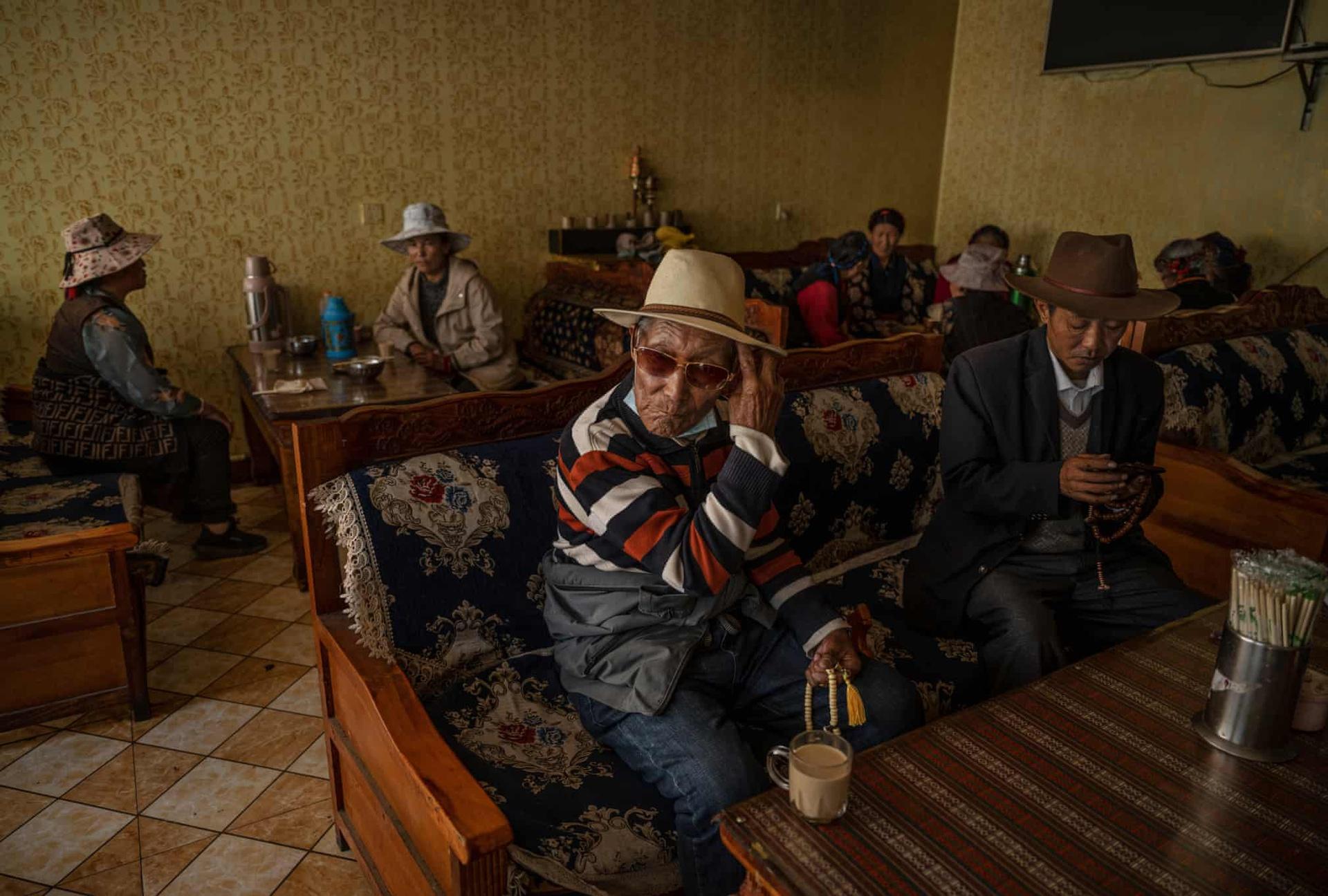 Những người già tập trung tại một quán trà địa phương. Một trong những loại được người Tây Tạng yêu thích nhất là trà bơ. Nó được làm từ lá trà, bơ yak, nước và muối. Dù vậy, ngày nay, người ta hay làm bơ từ sữa bò do có sẵn và giá thành rẻ hơn.