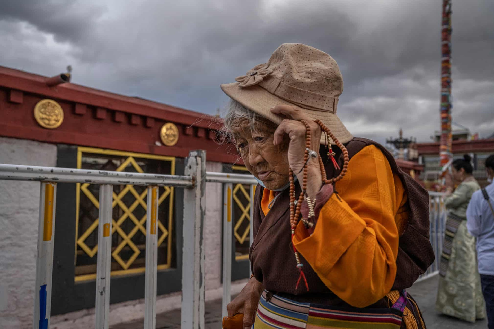 Một phụ nữ đến thăm chùa Đại Chiêu ở Lhasa. Đối với người Tây Tạng, đây là ngôi chùa linh thiêng nhất. Chùa được xây dựng vào khoảng thế kỷ thứ 7. Tới năm 1978, chùa được trùng tu để đón khách. 2 năm sau, chùa chính thức mở cửa đón du khách và những người hành hương.