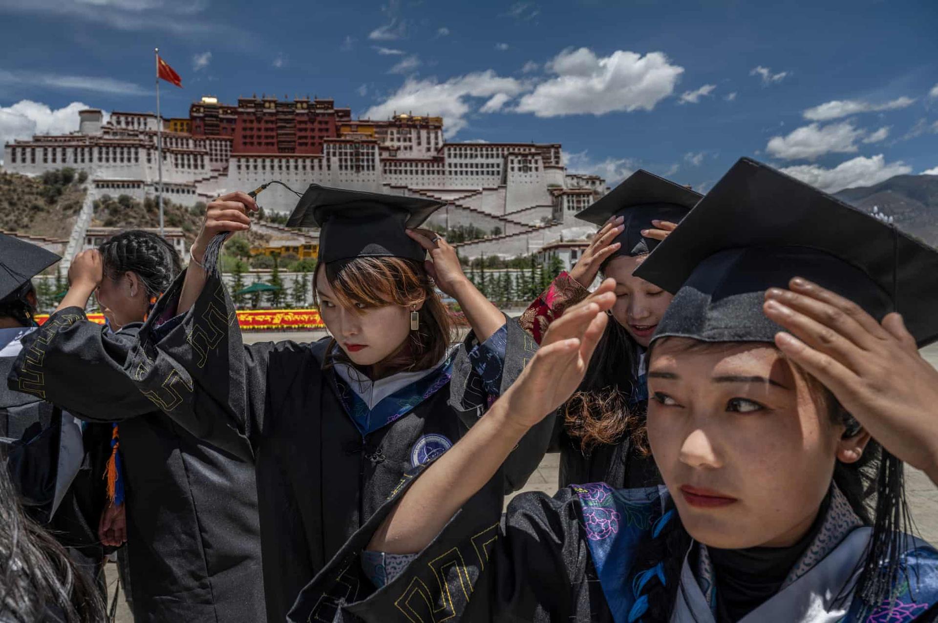 Sinh viên tốt nghiệp đại học chụp ảnh trước điện Potala.