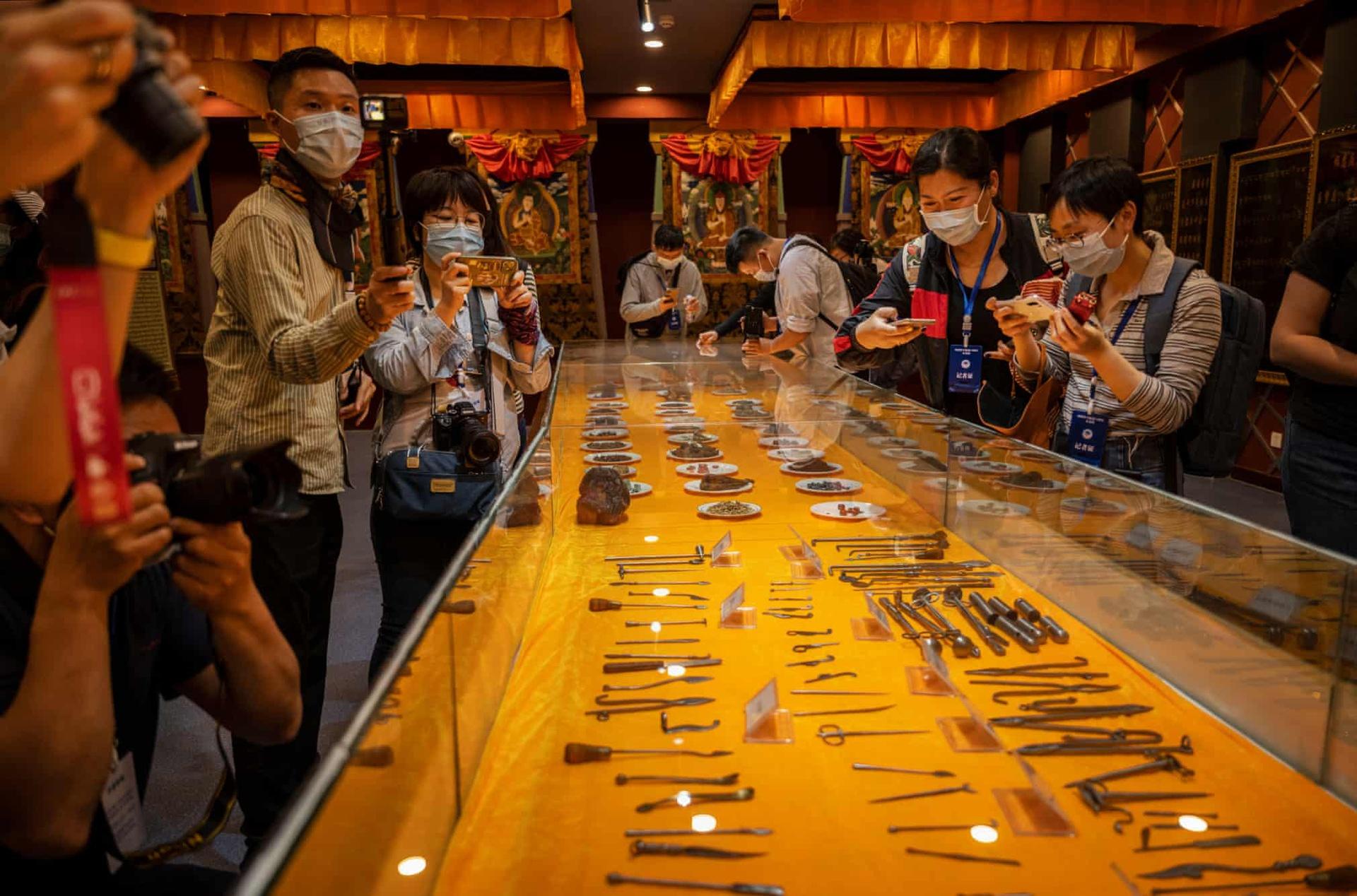 Các nhà báo nước ngoài tham quan một cơ sở y học cổ truyền trong chuyến đi do chính quyền tổ chức.