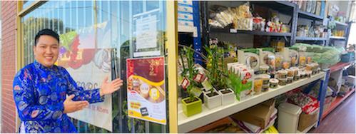 Hạt điều Bình Phước được anh Khoa Phan - Phó Tổng Thư ký Hội Doanh nhân Việt Nam tại Úc, Chủ nhiệm Hội Doanh nhân trẻ tại TP. Melbourne (Úc) tích cực quảng bá vào dịp Tết (hình trái) hoặc chào bán tại các siêu thị thực phẩm Á Châu ở Melbourne (hình phải)