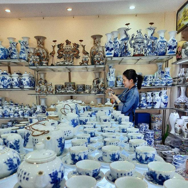 Làng gốm Bát Tràng thuộc huyện Gia Lâm, cách trung tâm thủ đô Hà Nội hơn 10 km. Nơi đây là một trong những địa điểm du lịch hút khách ở Hà Nội. Du khách tham quan ngôi làng sẽ được chiêm ngưỡng hàng trăm đồ gốm sứ cổ và tìm hiểu cách làm gốm truyền thống. Ảnh: Nnkim.ngan.