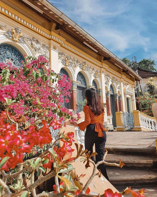 """Làng cổ Long Tuyền là một làng cổ Nam Bộ thuộc quận Bình Thủy, thành phố Cần Thơ. Ngôi làng nổi bật với dãy nhà cổ nằm bên chợ Bình Thủy. Trong đó, khu nhà cổ của dòng họ Dương hay còn gọi """"nhà cổ Bình Thuỷ"""" là một trong những điểm check-in hút khách nhất. Ảnh: Thulinhhh__."""