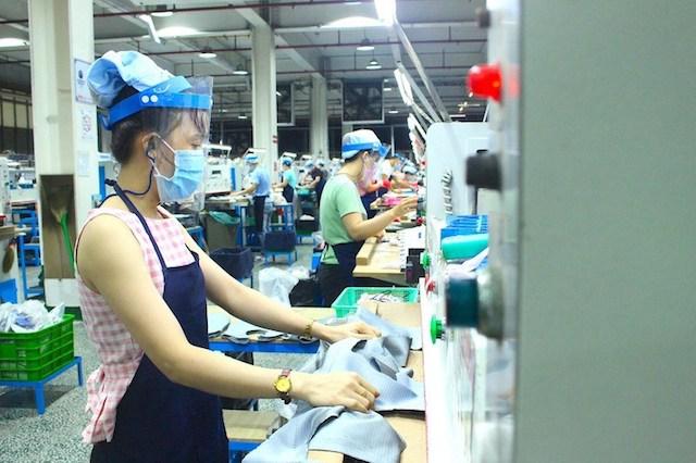 Công nhân Công ty PouYuen chấp hành nghiêm quy định đeo khẩu trang