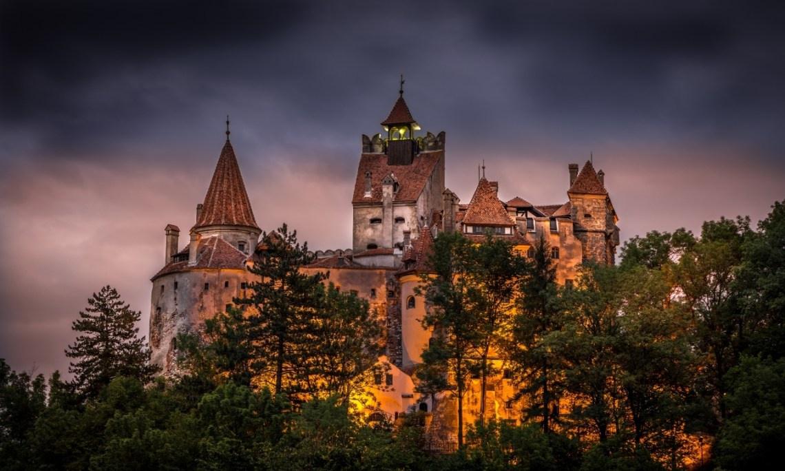 Lâu đài Bran (Transylvania, Romania): Lâu đài này thường gắn liền với Dracula. Vlad Đệ tam, hoàng tử xứ Wallachia - hay còn gọi là Vlad Đệ tam Dracula - được xem là nguyên mẫu cho nhân vật bá tước ma cà rồng trong tiểu thuyết kinh điển của Bram Stoker. Theo truyền thuyết, Vlad Đệ tam thật từng bị giam ở lâu đài Bran một thời gian ngắn trong năm 1462. Những người hâm mộ nhân vật này đổ về đây để tham quan lâu đài huyền thoại. Ảnh: Archeotraveller.