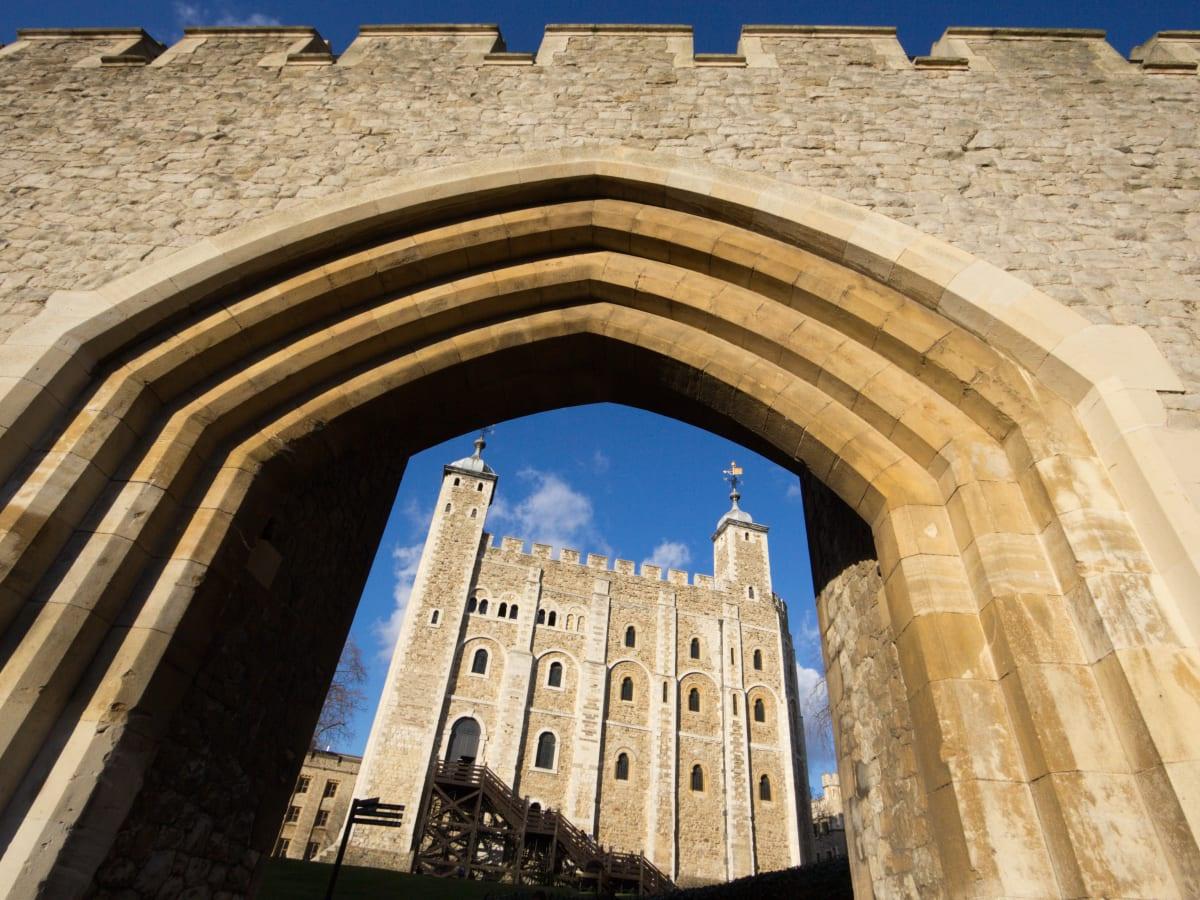 Tháp London (London, Anh): Là một trong những lâu đài nổi tiếng nhất nước Anh, tháp London - với trung tâm là tháp White - có lịch sử đen tối, xoay quanh ngục tù, tra tấn và cái chết. Những người bị kết tội được nhốt ở đây và phải chịu án phạt khủng khiếp. Các vụ chặt đầu và giết người mờ ám diễn ra tại đây khiến tòa lâu đài trở thành nỗi ám ảnh. Đến thế kỷ 19, nơi này chấm dứt vai trò trên và mở cửa đón khách tham quan. Ảnh: History.