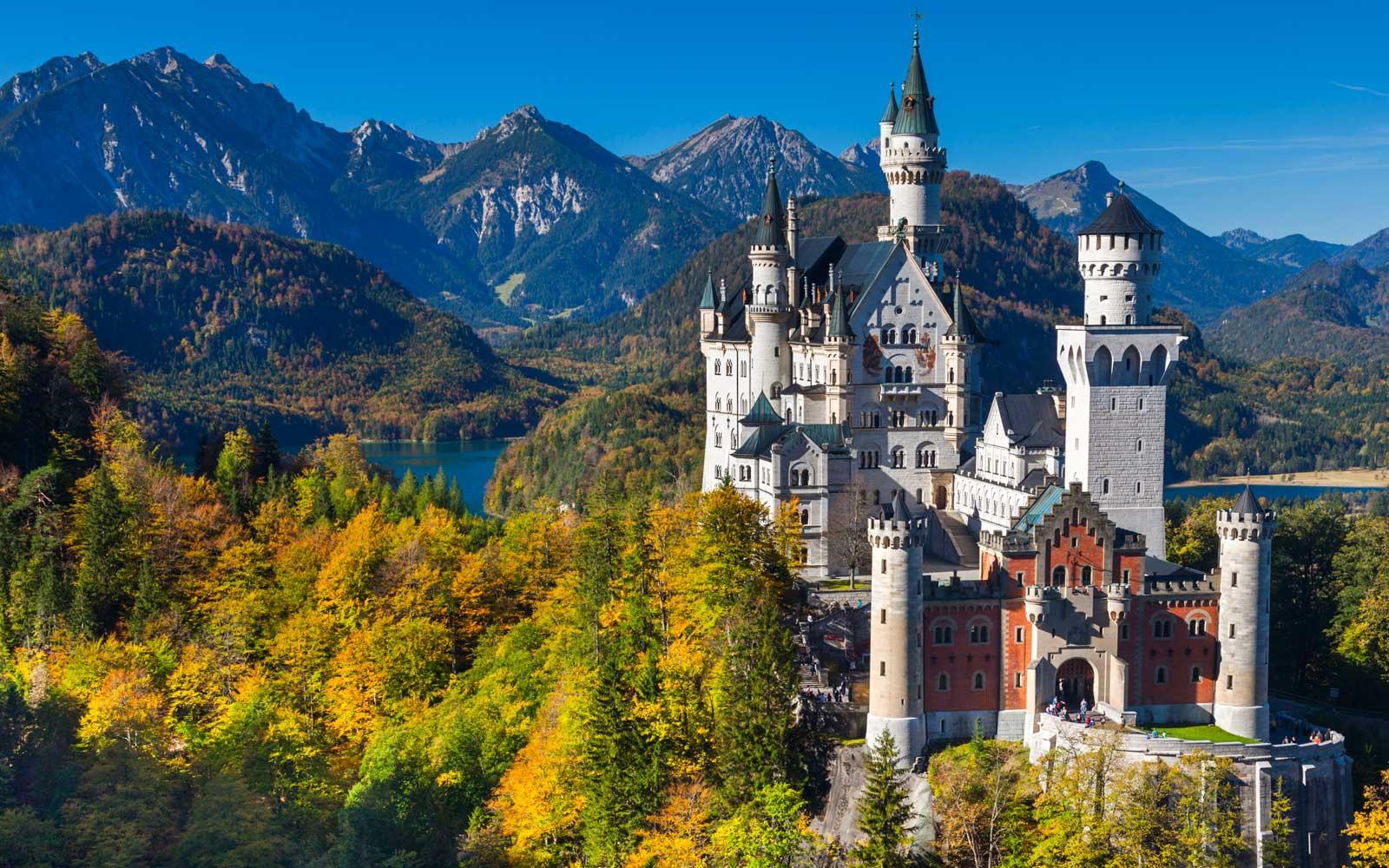 """Lâu đài Neuschwanstein (Schwangau, Đức): Nơi này được Ludwig Đệ nhị, vua của Bavaria, xây dựng vào năm 1869 làm nơi nghỉ dưỡng riêng tư. Dù không có quyền lực thực sự, Ludwig Đệ nhị vẫn giữ quan điểm lãng mạn về một vị vua. Ông mơ ước sống ẩn dật trong một lâu đài lớn trên đỉnh núi, giữa nghệ thuật và kiến trúc. Đó là lý do Neuschwanstein được xây dựng. Năm 1886, vị vua chết đuối một cách bí ẩn, trước khi lâu đài hoàn thành và được ngưỡng mộ bởi hàng triệu người. Trong đó, Walt Disney thích nơi này đến mức nhiều người tin rằng ông đã tạo hình cho lâu đài """"Người đẹp ngủ trong rừng"""" ở Disneyland theo kiến trúc của nó. Ảnh: Wonderful Engineering."""