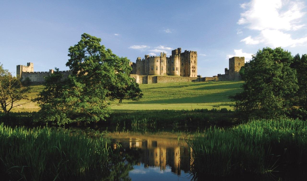 Lâu đài Alnwick (Northumberland, Anh): Nơi này nổi tiếng hơn khi trở thành bối cảnh cho lâu đài Hogwarts trong hai phần phim của Harry Potter. Lâu đài cổ kính và đồ sộ này cũng từng xuất hiện trong nhiều bộ phim đình đám khác, từ Elizabeth đến Robin Hood: Prince of Thieves. Ảnh: Englishcoast.