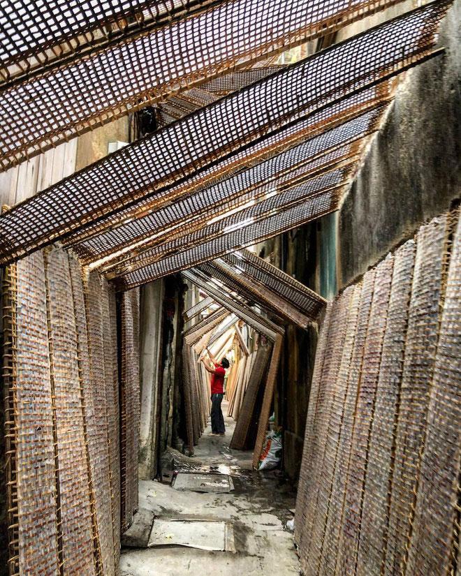 Làng Thổ Hà nằm bên dòng sông Cầu, thuộc xã Vân Hà, huyện Việt Yên, tỉnh Bắc Giang. Ngôi làng còn lưu giữ nhiều công trình kiến trúc cổ được xây dựng từ thế kỷ 16, 17. Trước năm 1960, làng nổi tiếng về nghề làm gốm. Sau đó, người dân chuyển sang làm bánh đa nem, bánh đa dừa. Ảnh: Reigndang.