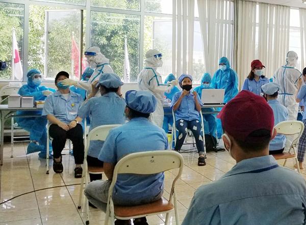 Lấy mẫu xét nghiệm cho người lao động tại Công ty TNHH Daiwa Việt Nam trong KCN Hòa Khánh (Đà Nẵng)