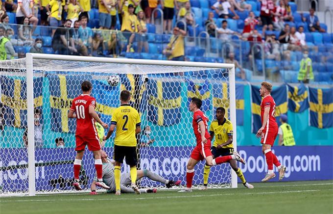 Lewandowski 2 lần bị xà ngang từ chối bàn thắng
