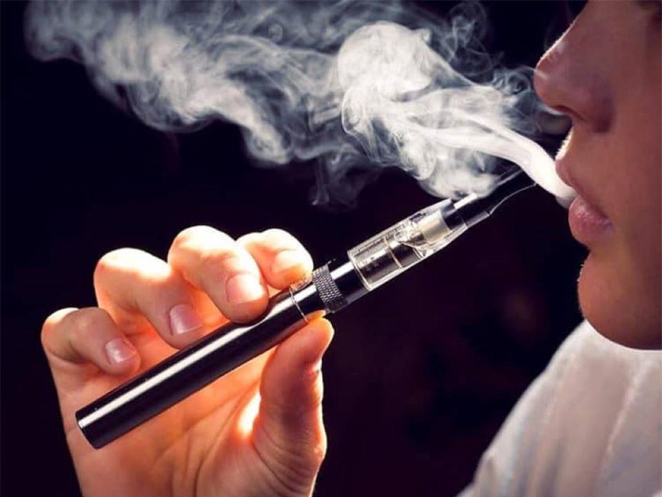 Vì sao thuốc lá điện tử có thể gây vô sinh ở nam giới?