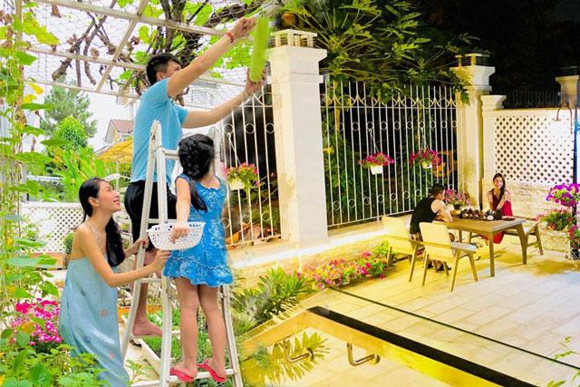 Biệt thự trắng của gia đình Thủy Tiên - Công Vinh: Rộng rãi, hiện đại, khoảng sân vườn mùa nào cũng sai trĩu quả