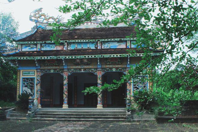 Làng Phước Tích nằm bên hạ lưu sông Ô Lâu, thuộc thôn Phước Phú, xã Phong Hòa, huyện Phong Điền, tỉnh Thừa Thiên - Huế. Ngôi làng có hơn 100 ngôi nhà cổ. Trong đó, hàng chục ngôi nhà trên 100 năm tuổi với các kèo cột, hoành phi được chạm trổ tinh xảo. Ảnh: Francyha.