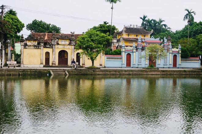 Cách thủ đô Hà Nội khoảng 20 km, làng Nôm thuộc xã Đại Đồng, huyện Văn Lâm, tỉnh Hưng Yên. Ngôi làng có tuổi đời hơn 200 năm gây ấn tượng bởi vẻ đẹp yên bình, tĩnh lặng với nhiều công trình kiến trúc cổ. Ảnh: Didedai.