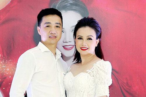 """""""Cô Xuyến"""" Hoàng Yến vừa bị chồng cũ cầm dao rượt đuổi: Trải qua 4 đời chồng ở tuổi 45, sinh cho chồng trẻ 1 cô con gái xinh xắn"""
