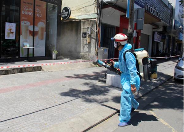 Quận Thanh Khê triển khai phun thuốc khử khuẩn tại khu tạm giác Hoàng Hoa Thám - Lê Duẩn - Lý Thái Tổ