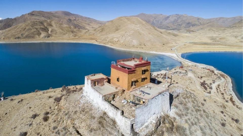Đây là Rituo (nghĩa là đá trên núi) ở Tây Tạng. Tên gọi này xuất phát từ một tảng đá có thể chữa được bách bệnh. Người bản địa đồn nó vẫn còn tồn tại cho tới ngày nay.