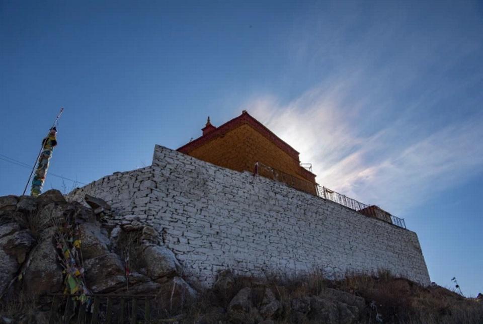 Ngôi đền này thực sự là chốn tách biệt với phần còn lại của thế giới. Thị trấn gần nó nhất là Gyantse cũng có khoảng cách lên tới 160 km.