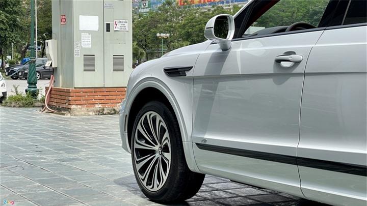 Bentley Bentayga V8 2021 với nội thất màu đặc biệt tại Việt Nam - 7