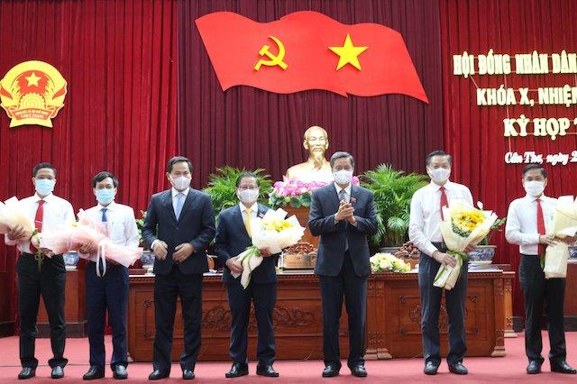 Bí thư Thành ủy Cần Thơ Lê Quang Mạnh tặng hoa chúc mừng lãnh đạo HĐND và UBND, nhiệm kỳ 2021-2026.