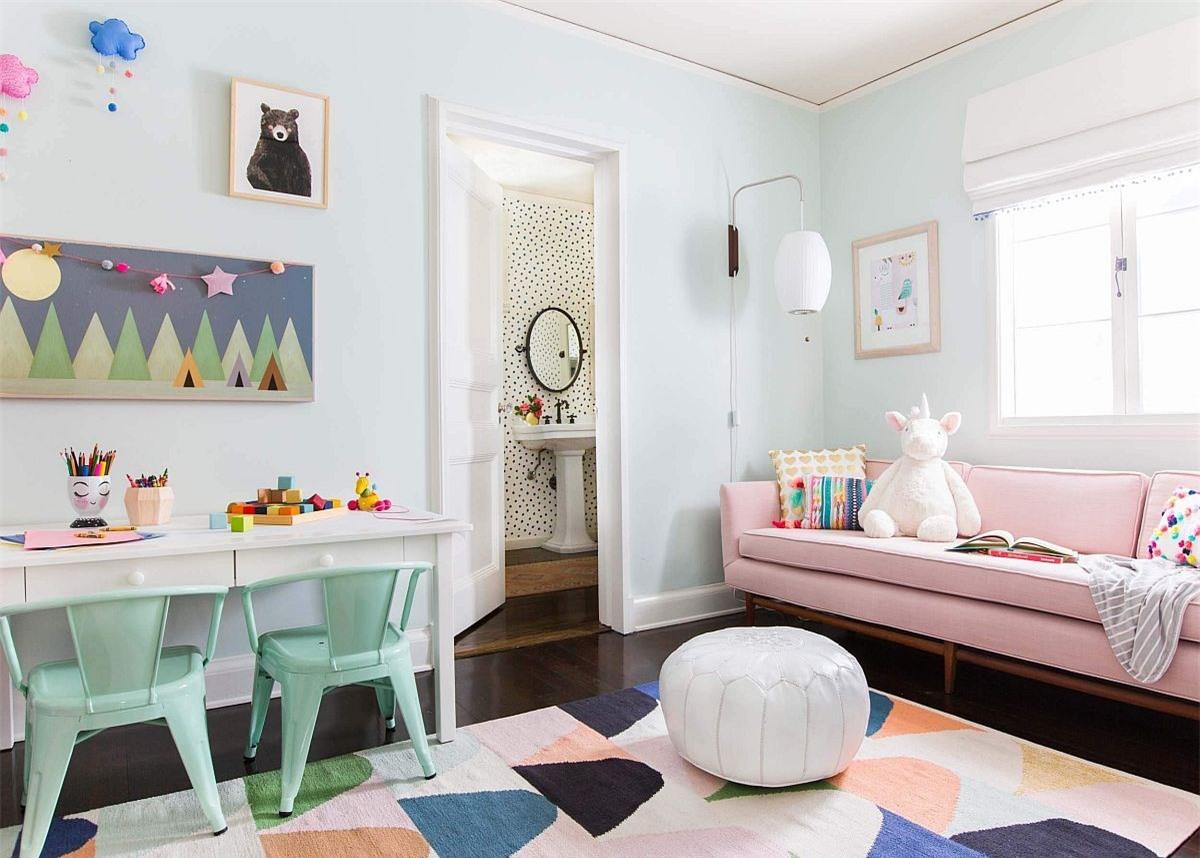 Không gian học tập và khu vui chơi được trang trí ngập tràn màu sắc tươi mới và trẻ trung.
