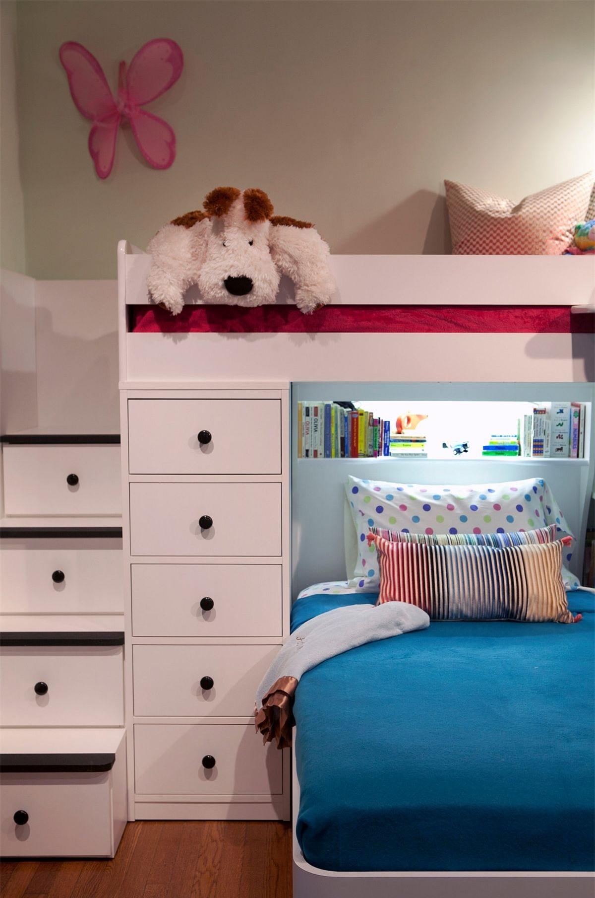 Các bậc thang lên giường gác xép được tận dụng làm hộp lưu trữ.