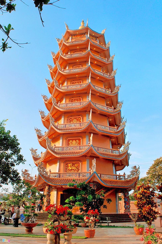 Chùa Linh Quang thuộc huyện đảo Phú Quý, tỉnh Bình Thuận. Ngôi chùa nằm trên một ngọn đồi thoai thoải, với khung cảnh vừa trầm mặc, vừa thoáng đãng. Tên gọi của chùa mang ý nghĩa là hào quang, ánh sáng của chùa hiển linh chiếu sáng. Nơi đây sở hữu bảo tháp Phật giáo trên đảo lớn nhất Việt Nam với 9 tầng, cao 37 m. Ảnh: Đình Hòa.