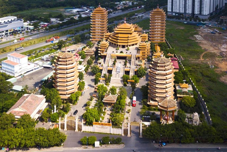 """Pháp viện Minh Đăng Quang (TP Thủ Đức) có kiến trúc độc đáo với 4 ngôi tháp cao bao quanh chính điện của hệ phái Khất sĩ. Nơi đây được Hội Kỷ lục gia Việt Nam xác lập 4 kỷ lục. Trong đó có danh hiệu """"Ngôi đạo tràng tịnh xá có 4 bảo tháp lớn nhất Việt Nam"""". Từ cổng vào, hai tháp phía trước hình bát giác, mỗi tháp gồm 9 tầng, cao 37 m. Hai bảo tháp phía sau hình tứ giác, mỗi tháp gồm 13 tầng, cao 49 m. Công trình pháp viện được khởi công xây dựng mới từ tháng 6/2009. Ảnh: Lê Quân."""