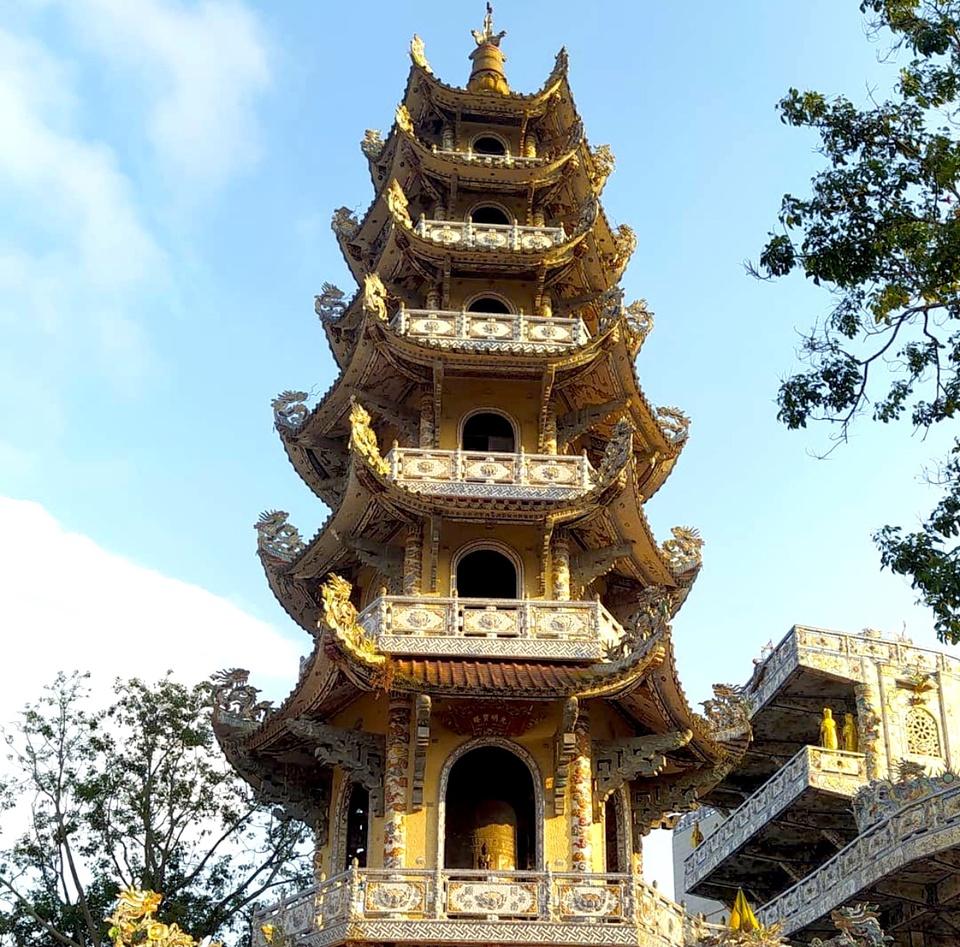 Chùa Linh Phước cách trung tâm thành phố Đà Lạt (Lâm Đồng) khoảng 8 km. Địa điểm này thu hút du khách bởi các công trình trong khuôn viên chùa đều được khảm bằng những mảnh chai, sành, sứ đầy màu sắc và có họa tiết độc đáo. Tòa Linh Tháp nơi đây cao 37 m, gồm 7 tầng, có treo Đại Hồng Chung cũng là điểm nhấn ấn tượng. Đây là tháp chuông cao nhất nước ta. Ảnh: Dennygohappiness.