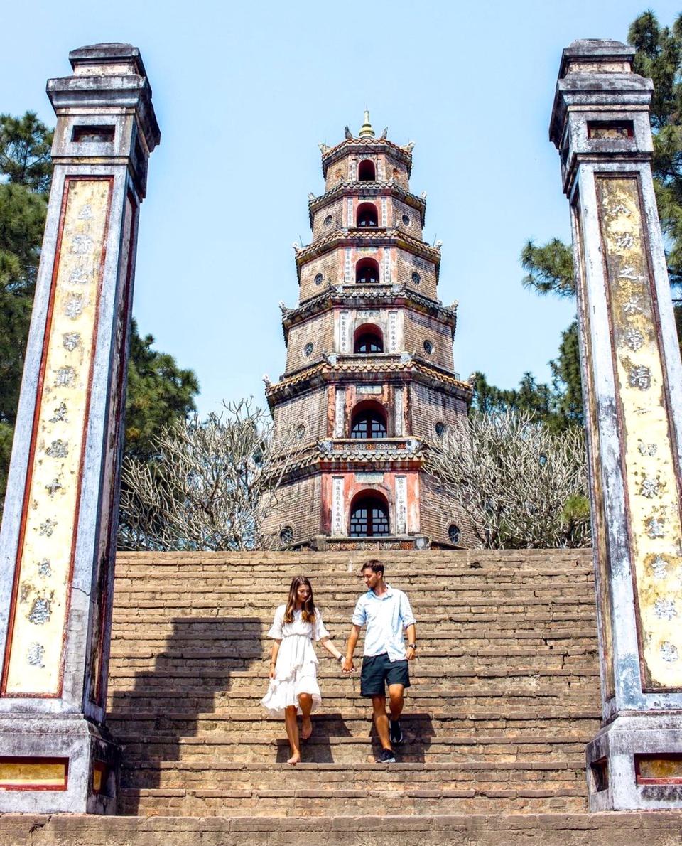 Chùa Thiên Mụ nép mình bên dòng sông Hương thơ mộng. Đây là điểm check-in nổi tiếng tại Huế. Nổi bật giữa ngôi chùa là tháp Phước Duyên. Tháp có hình khối bát giác cao 21 m, gồm 7 tầng, được xây dựng năm 1844. Mỗi tầng tháp đều có thờ tượng Phật. Bên trong có cầu thang hình xoắn ốc dẫn lên tầng trên cùng, nơi trước đây có thờ tượng Phật bằng vàng. Công trình được ghi nhận vào Sách Kỷ lục Việt Nam là tháp bát giác cổ cao nhất. Ảnh: Travelatearth.