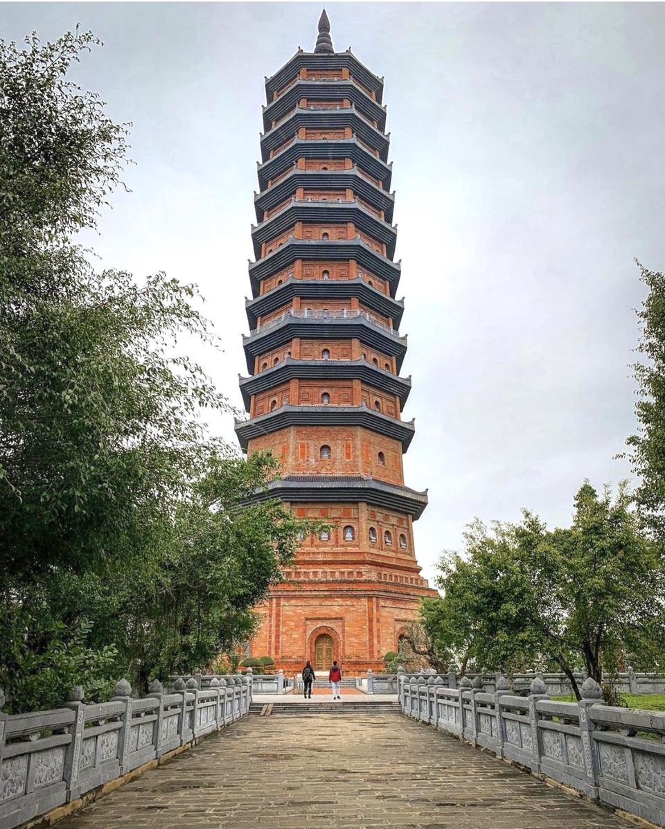 Chùa Bái Đính (Ninh Bình) cách trung tâm thành phố 15 km, thuộc xã Gia Sinh, Gia Viễn. Bảo tháp tại chùa nổi bật với chiều cao 100 m, gồm 13 tầng, có thang máy và 72 bậc. Tầng cao nhất là nơi thờ xá lợi Phật được cung nghinh từ Ấn Độ. Đây là bảo tháp cao nhất Đông Nam Á. Ảnh: Half_broke_nomads.