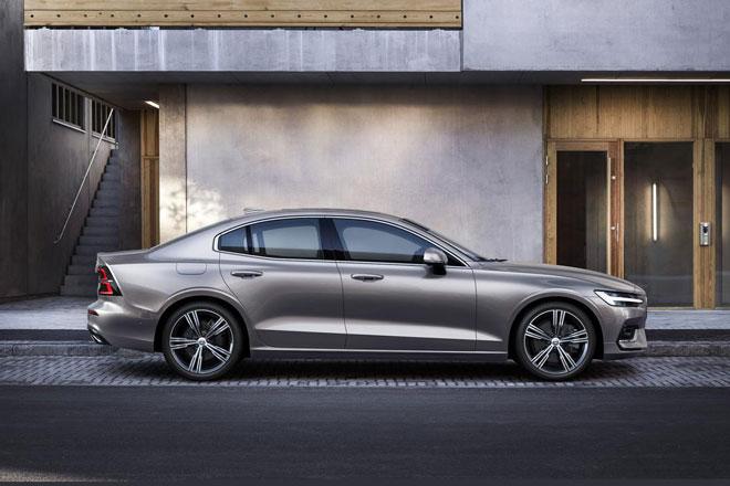 1. Volvo S60 2021 (giá khởi điểm: 42.295 USD).