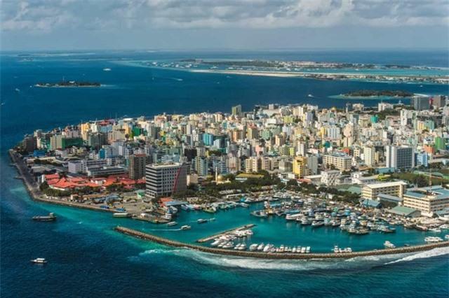 Quần đảo Maldive nằm ở Nam Á, là một trong những quốc gia nhỏ và đẹp nhất trên thế giới, những bãi biển bình dị khiến nơi đây trở thành thiên đường cho khách du lịch.