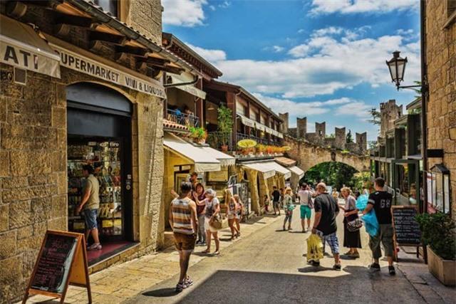 San Marino là một quốc gia nhỏ khác nằm trong nước Ý, nó được bao quanh hoàn toàn bởi Ý và không có đường bờ biển. Nhiều người coi đây là quốc gia lâu đời nhất trên thế giới, được thành lập vào năm 301.