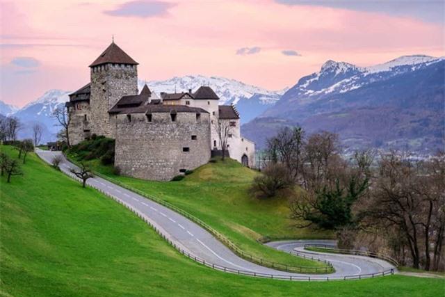 Liechtenstein nằm trên dãy Alps giữa Thụy Sĩ và Áo, đây là một trong những nơi an toàn nhất thế giới, hầu như không có tội phạm.
