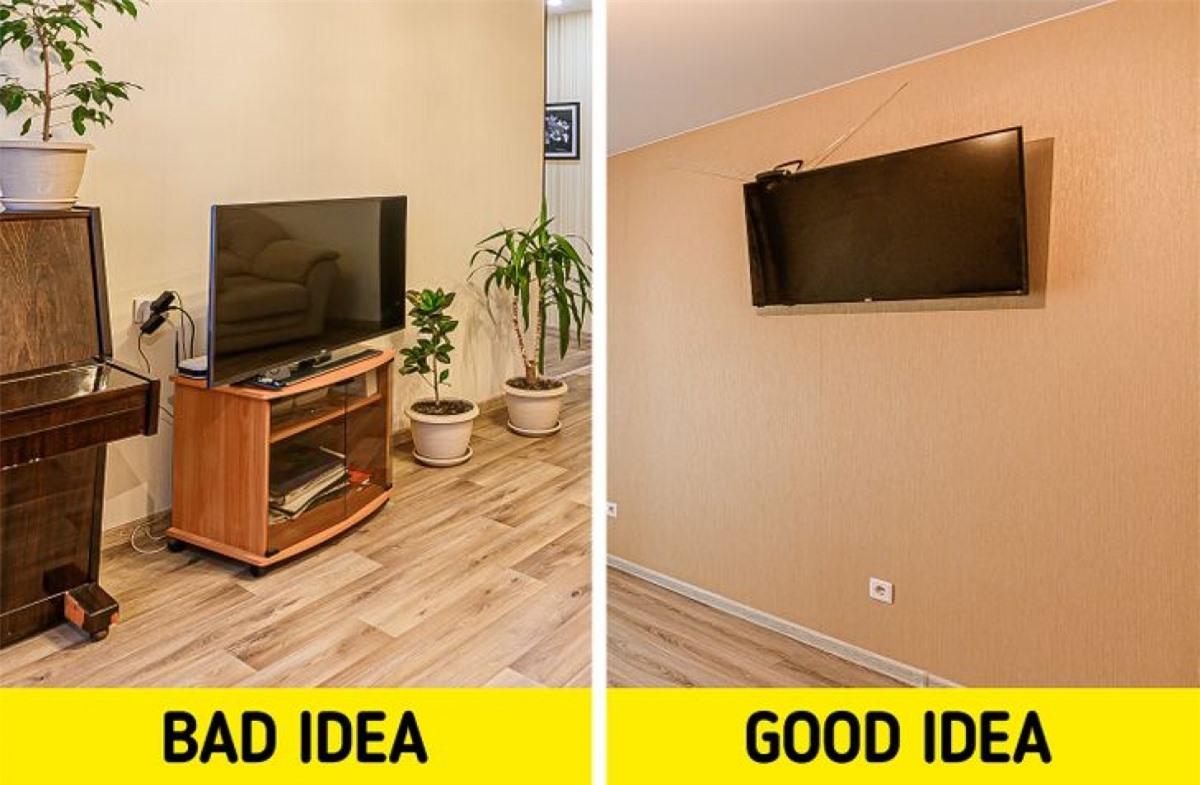 Tivi ngang tầm mắt hoặc thấp hơn: Nên đặt TV cao hơn tầm mắt, khi ngẩng lên nhìn TV sẽ có cảm giác tường nhà cao hơn so với thực tế.Ngoài ra cách làm này còn tạo ra khoảng trống bên dưới TV để tận dụng lưu trữ các món đồ khác./.