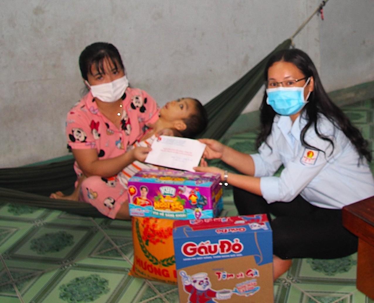 Đến thăm và tặng quà cho gia đình em Đỗ Thành Long bị bại não ở ấp 5, xã Minh Thành (H. Chơn Thành), mọi người không khỏi xúc động khi chứng kiến những vất vả của mẹ Long khi chăm sóc cho em