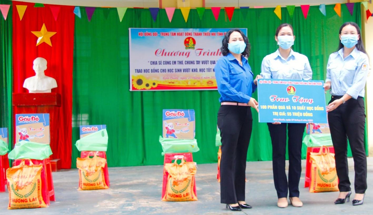 Chị Lê Thị Hồng Phấn, Phó Bí thư Tỉnh Đoàn, Chủ tịch Hội đồng Đội tỉnh (bìa phải) và chị Mai Tuyết Ngọc, Giám đốc Trung tâm Hoạt động thanh thiếu nhi tỉnh (bìa trái) trao bảng