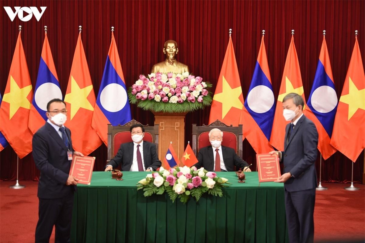 Hai nhà lãnh đạo chứng kiến lễ ký các văn kiện hợp tác.