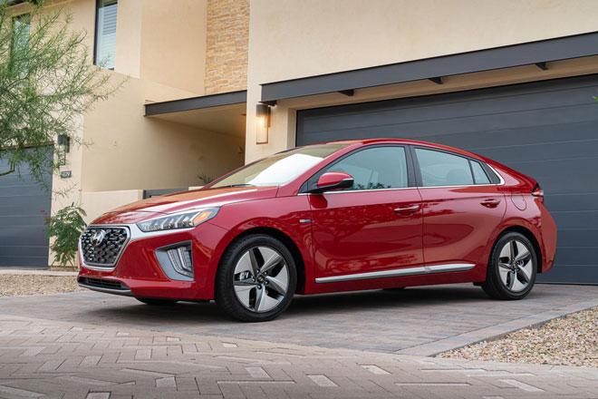 2. Hyundai Ioniq 2021 (sức chứa khoang hành lý: 750 lít).