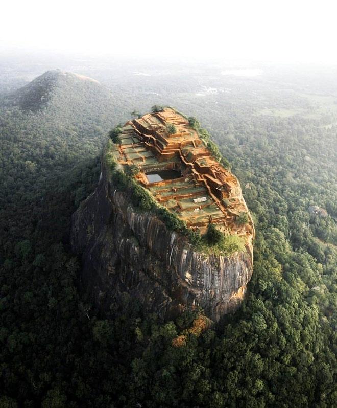 Sigiriya là một trong những di tích lịch sử có giá trị nhất của Sri Lanka. Khu phức hợp pháo đài cổ này có tầm quan trọng đối với khảo cổ học và thu hút hàng nghìn khách du lịch ghé thăm mỗi năm. Ảnh: Outdoortones.