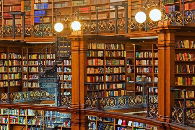 Theo Telegraph, cuốn sách St Cuthbert Gospel đang được trưng bày tại Thư viện Anh ở thủ đô London. Đây là thư viện quốc gia của Liên hiệp Anh và Bắc Ireland, nơi lưu trữ 150 triệu tài liệu gồm đủ các dạng sách, báo, tạp chí, bản ghi âm, bản đồ, bản vẽ… Bộ sưu tập sách của Thư viện Anh đứng thư hai thế giới, chỉ sau Thư viện quốc hội của Mỹ. Ảnh: BBC.