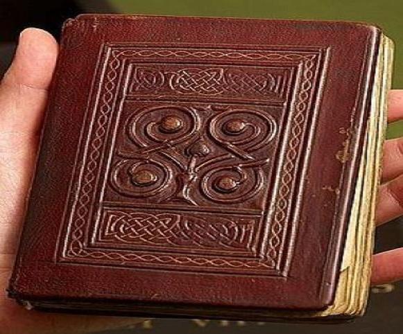 """Bản thảo """"St Cuthbert Gospel"""" - Phúc âm Gioan - được hoàn thành năm 697 tại đảo Lindisfarne (thường được gọi là Đảo Thánh - hòn đảo thủy triều ngoài khơi bờ biển phía đông bắc nước Anh). Ảnh: Daily Mail."""