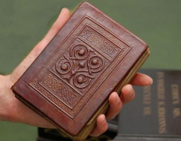 Được viết từ thế kỷ thứ 8, St Cuthbert Gospel được ghi nhận là cuốn sách cổ nhất châu Âu còn sót lại đến ngày nay.