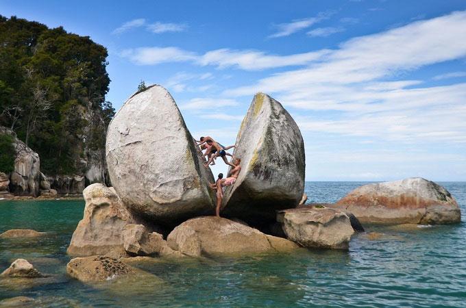 """Khối đá """"Táo tách đôi"""" thuộc khu vực của công viên quốc gia Abel Tasman. Du khách có thể dễ dàng tiếp cận và tham quan kỳ quan địa chất này bằng thuyền kayak hay mô tô nước bởi nó nằm ở vùng nước nông. Công viên Abel Tasman cũng là một trong những điểm du lịch hút tín đồ xê dịch tại New Zealand bởi hệ sinh thái đa dạng và những bãi biển nguyên sơ. Ảnh: Beccarbex."""