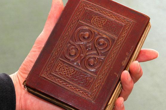 """Theo Telegraph, cuốn sách """"St Cuthbert Gospel"""" có kích thước 138x92 mm, được bọc da và trang trí tinh xảo. Dù nhỏ như lòng bàn tay, cuốn sách này từng được mua với giá 9 triệu bảng năm 2012 (hơn 14 triệu USD). Ảnh: Telegraph."""